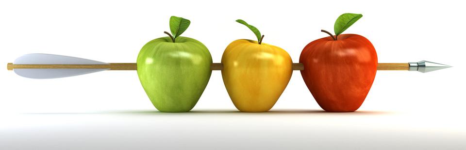 Foto ein pfeil durchdringt drei unterschiedlich farbige äpfel gleizeitig